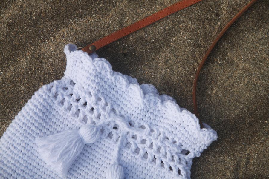 close up on scallop stitch edging on summer crochet bag