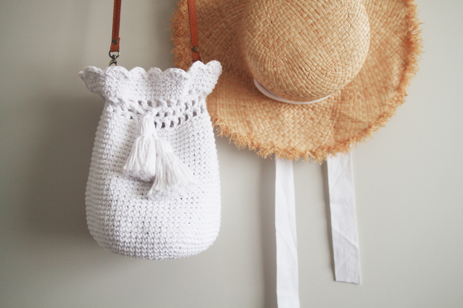 easy crochet bucket bag with cotton yarn tassels