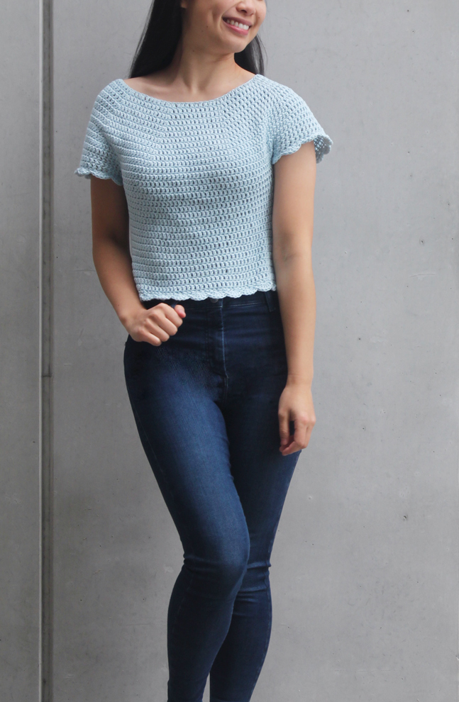 boxy crochet t-shirt with round neck and scallop hem