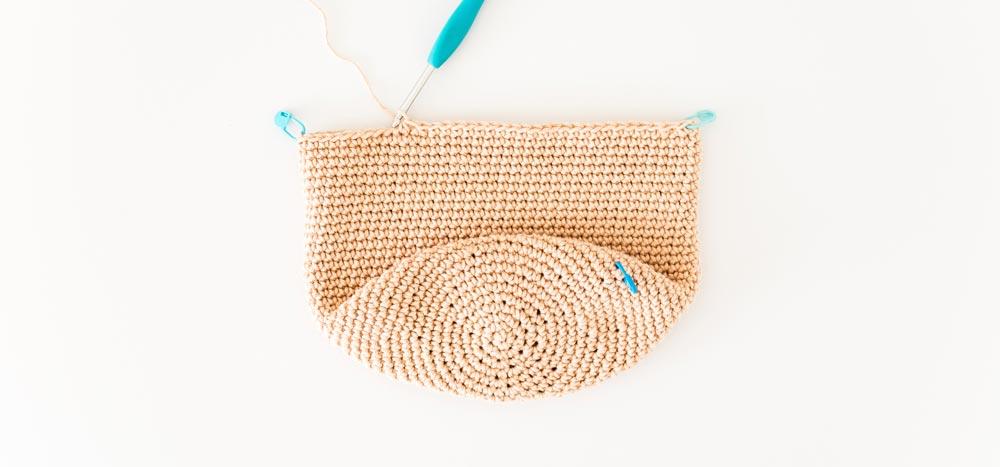 row 1 of crochet yarn bag straps